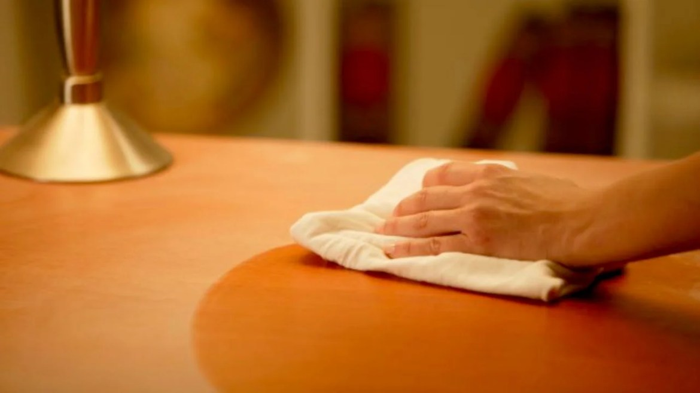 Hay trucos para limpiar las marcas de vasos en los muebles de madera.