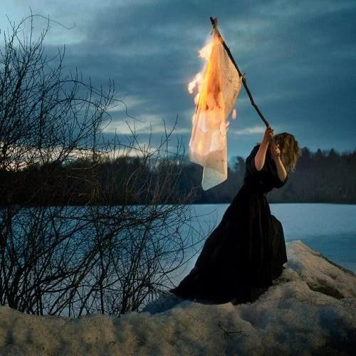 mujer-con-bandera-de-fuego