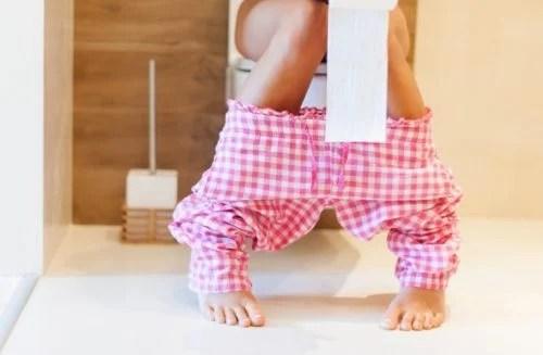 Mujer con ganas de ir al baño