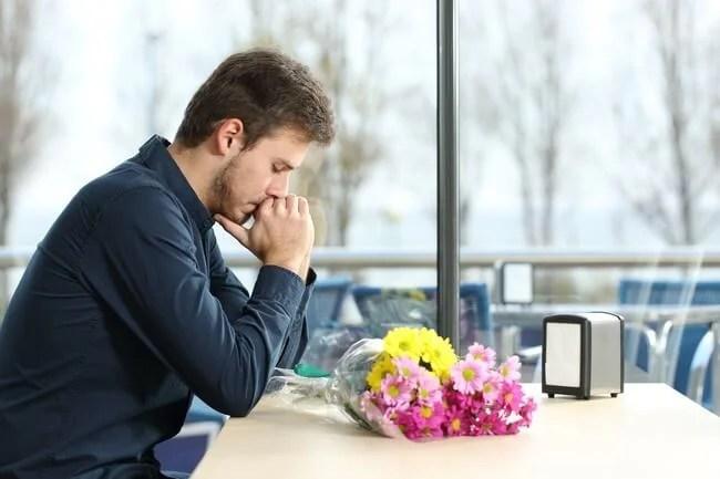 Hombre triste esperando por su pareja
