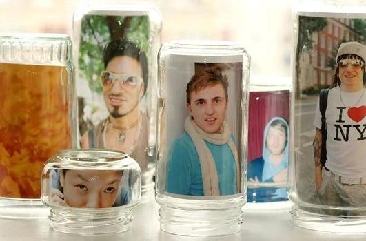 Botellas usadas como marcos de fotos.