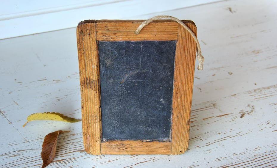 Marco de fotos hecho de pizarra y madera.