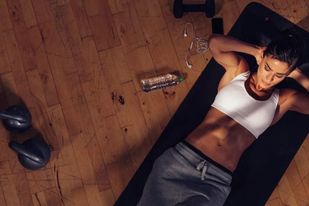 Mujer realizando abdominales