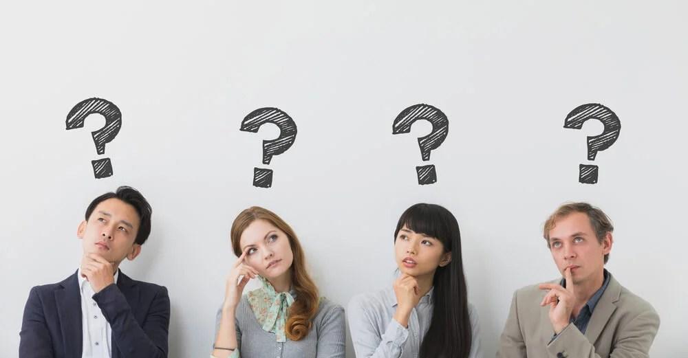 Personas haciéndose preguntas