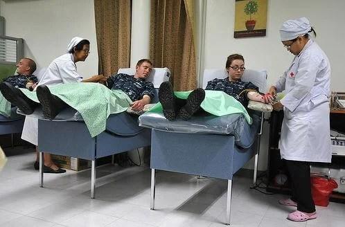 Chicos donando sangre.