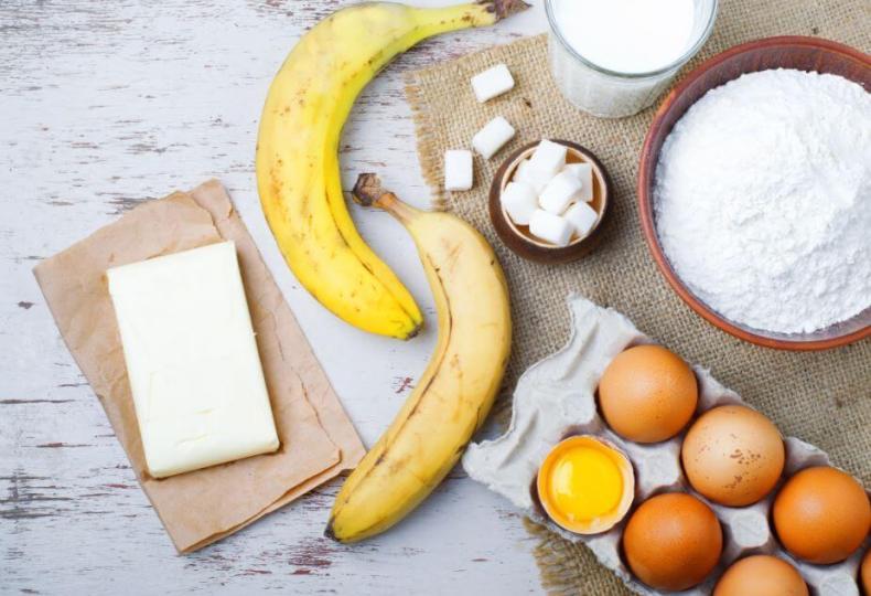 Tarta caliente de plátanos con crumble, miel y nueces