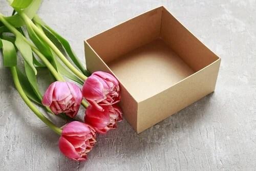 Es posible hacer centros de flores con materiales reciclados.