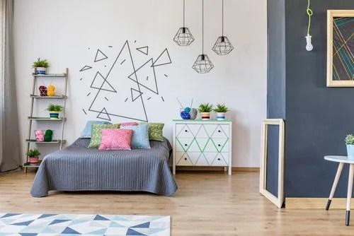 Habitación con un mural en la pared