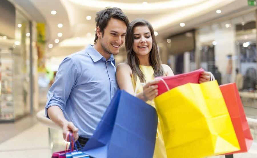 Ir de compras en pareja.