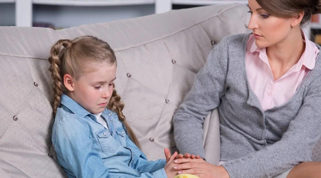 Madre con su hija tratando su ansiedad por separación