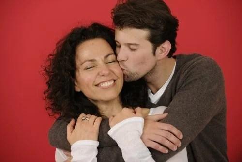 Pareja dándose un abrazo y un beso: demostrar a tu pareja que te importa