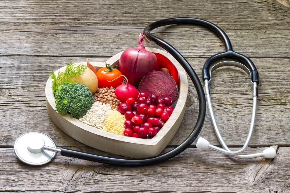 vegetales en forma de corazón y un estetoscopio.