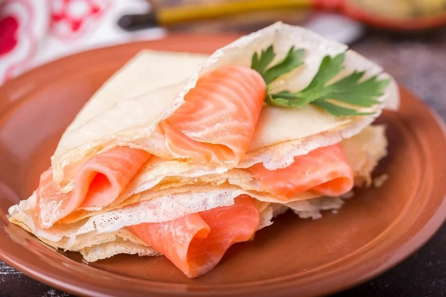 Blinis de salmón ahumado y salsa tártara