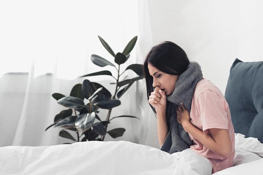 mujer con gripe o refriado