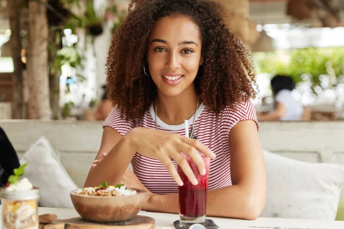 Mujer comiendo smoothie bowl