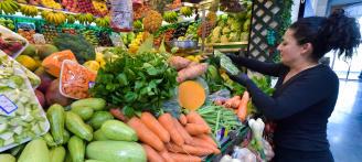 Puesto de verduras en un mercado