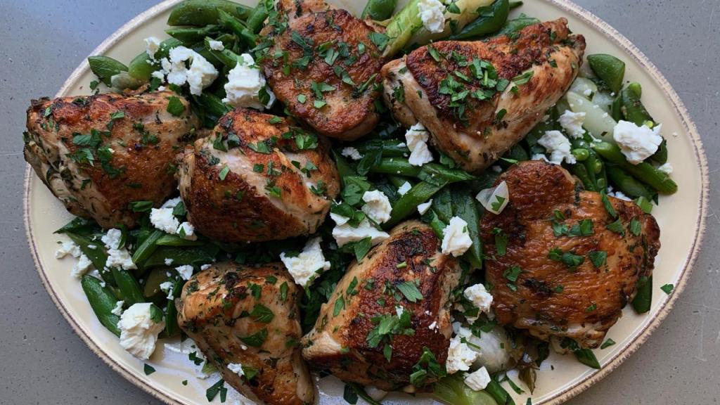 Primavera de pollo y verduras en una sarten