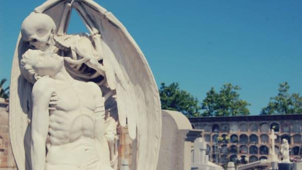 Escultura del Beso de la Muerte - Cementerio de Poblenou