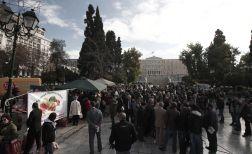 Protestul fermierilor - au împărţit gratis, în faţa Parlamentului, legume.