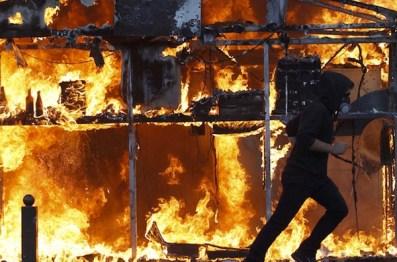 Cum distrag atenţia de la proteste - dau foc micilor magazine sau altor clădiri care n-au nici o legătură cu guvernul.