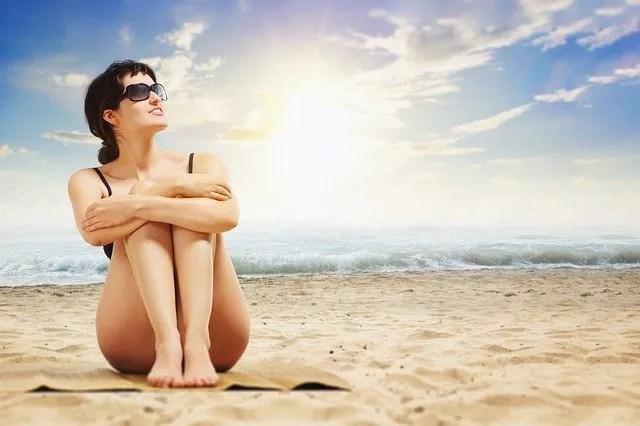 Una ragazza felice in riva al mare