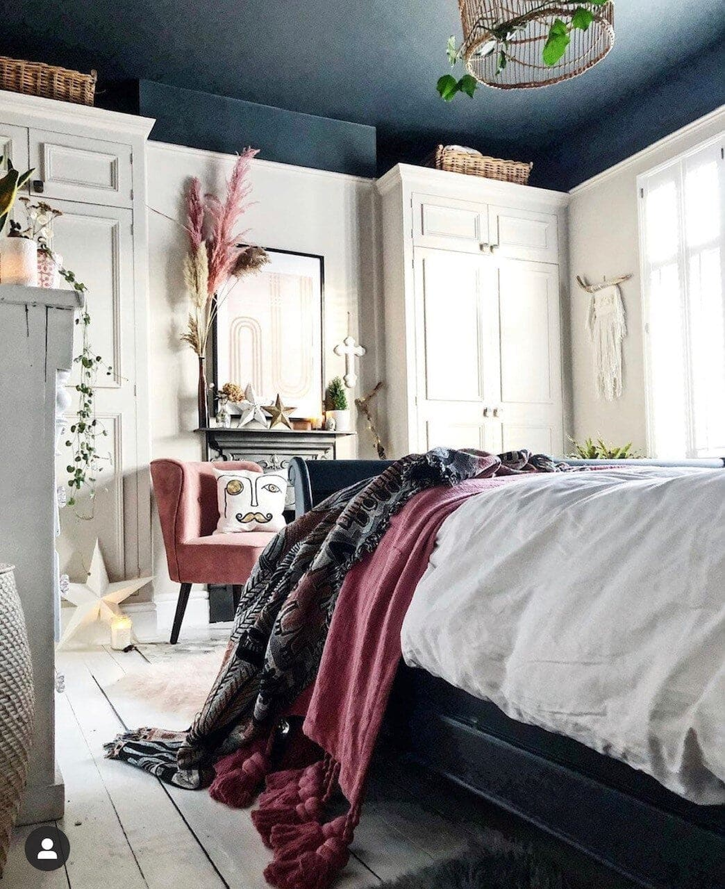 The black ceiling has no impact on the light in this bohemian room Image:  @theresagromski