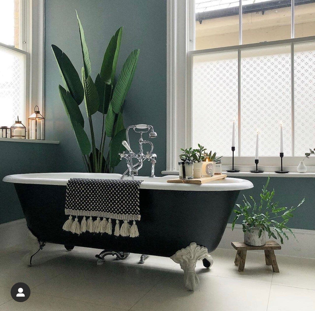 Ultra stylish black bath. Instagram: @styletheclutter