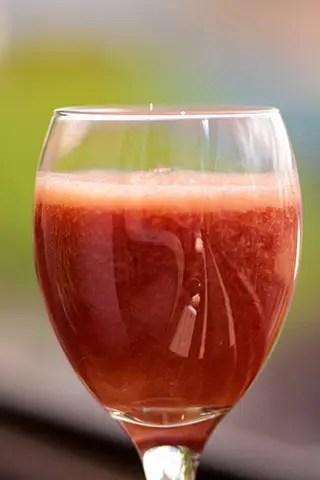 Suco de abacaxi, gogi berry, ameixa e couve
