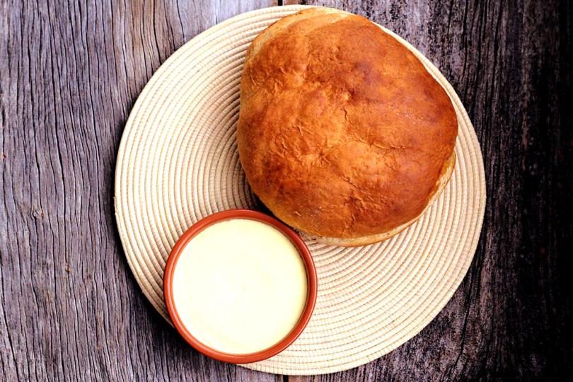 Manteiga caseira e pão de buttermilk ou pão de soro