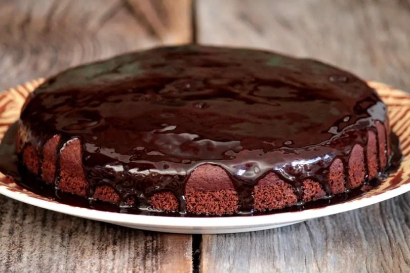 Bolo de chocolate com laranja com cobertura especial - veja a receita e prepare em casa esse bolo simplesmente delicioso, muito fácil de fazer e com um toque especial do suco de laranja.