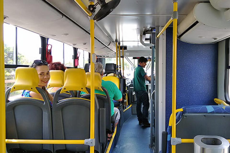 ônibus do City tour pelos principais atrativos de Porto Alegre com a Linha Turismo