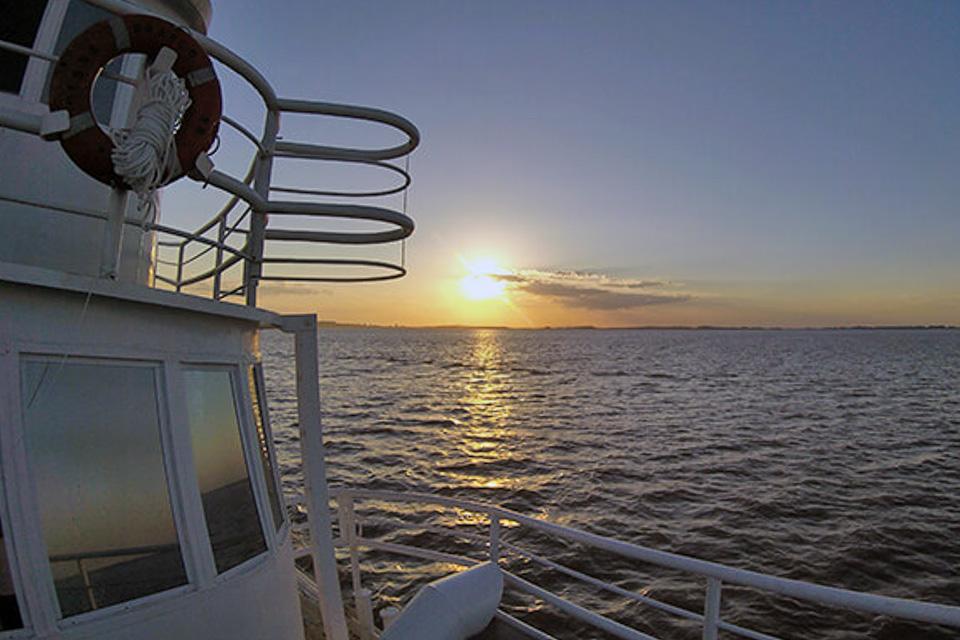 Por do sol no barco Cisne Branco