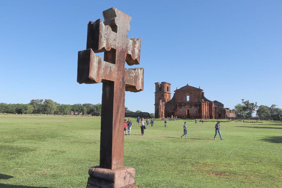 Cruz Missioneira e as Ruínas de São Miguel ao fundo, Rio Grande do Sul