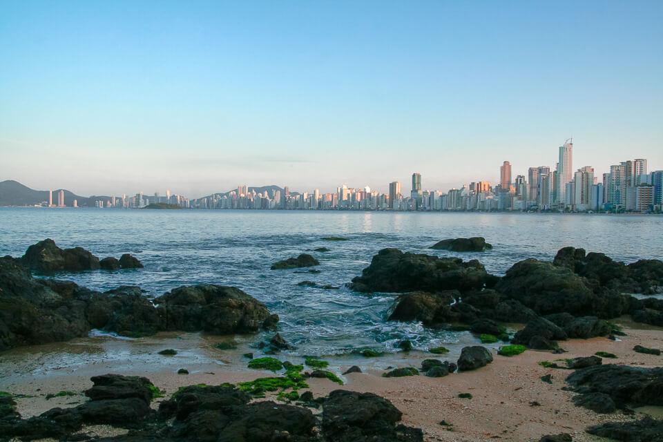 Vista do deck da Barra Norte para a Praia Central de Balneário Camboriú