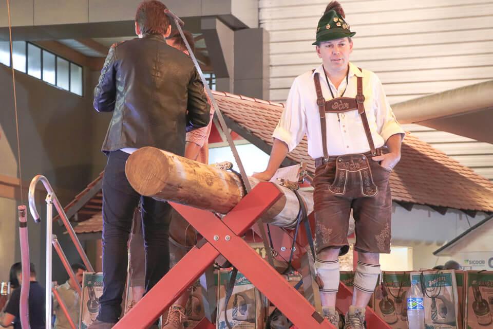 Várias competições durante a Oktoberfest Blumenau como serrar tronco