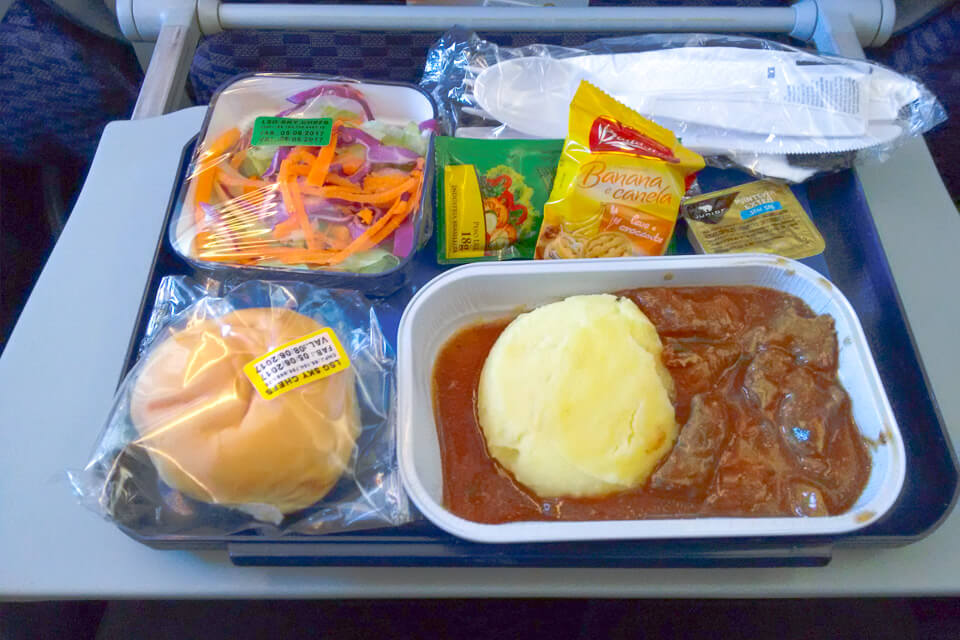 Como é voar Copa Airlines? almoço da classe econômica