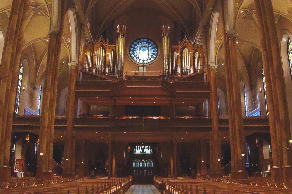 Órgão fica acima da porta de entrada principal da St. patricks basilica