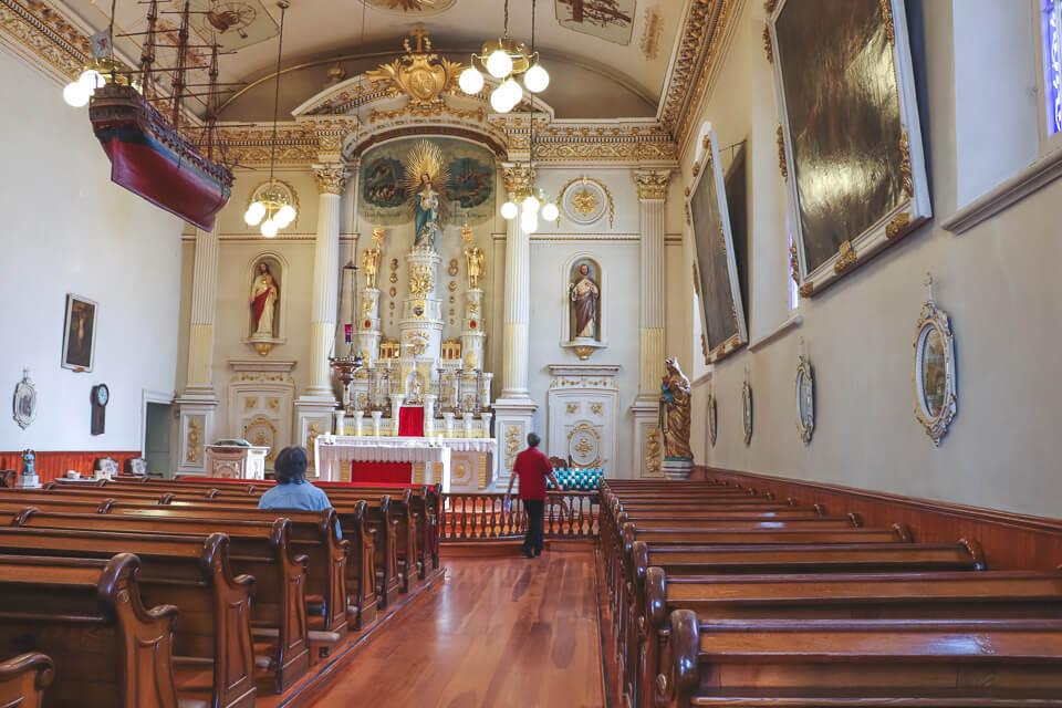 Igreja Notre-Dame des Victoires tem barcos pendurados na parte interna