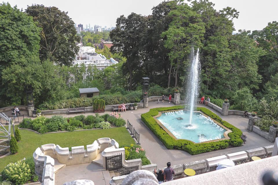 Jardim da Casa Loma com vista para Toronto