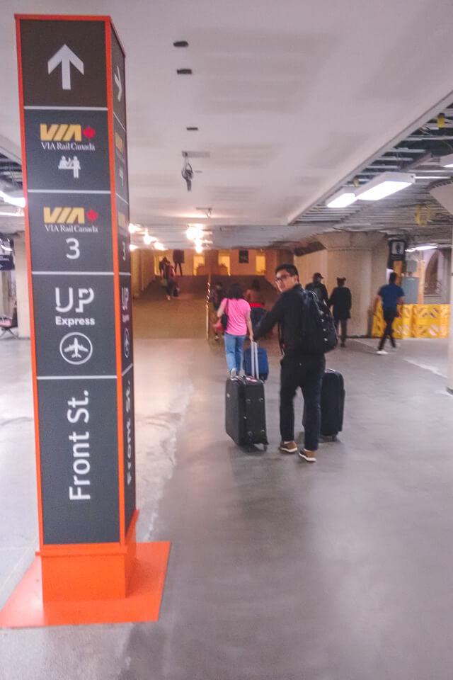 desembarque na estação de trem de Toronto