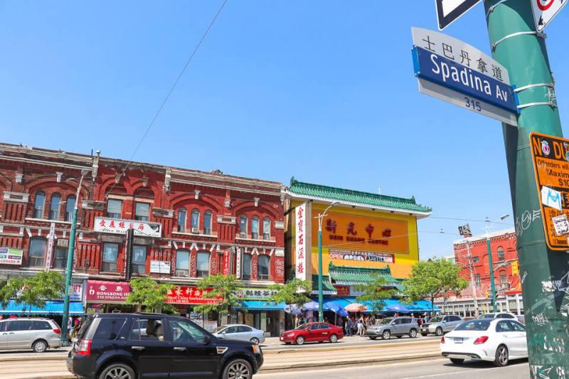 Chinatown de Toronto: Spadina Avenue com Dundas Street West