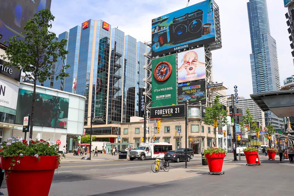 Onde fazer compras em Toronto Younge-Dundas Square