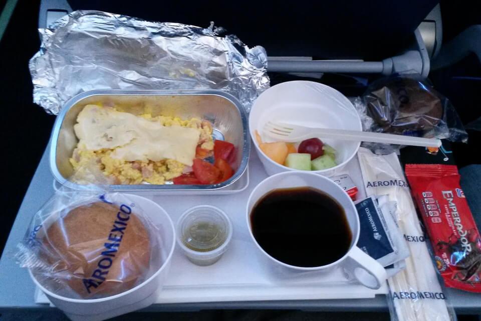 Como é voar para os Estados Unidos na classe econômica da Aeroméxico. Café da manhã a bordo.