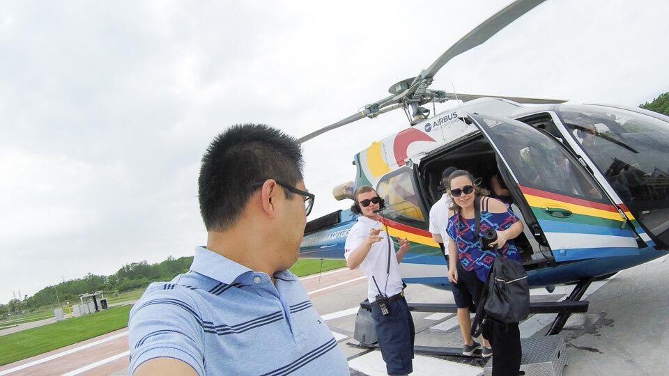 Desembarque do passeio de helicóptero nas Cataratas de Niagara no Canada