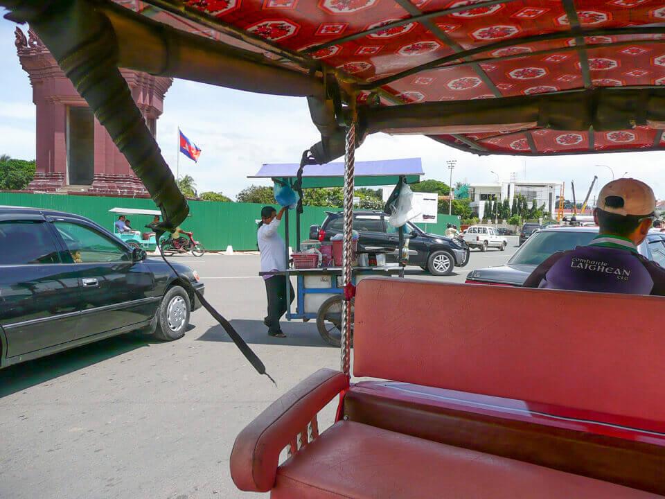 trânsito na capital do Camboja