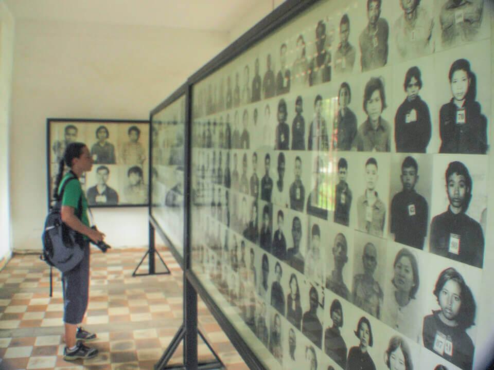 Fotos no museu sobre o Khmer Vermelho