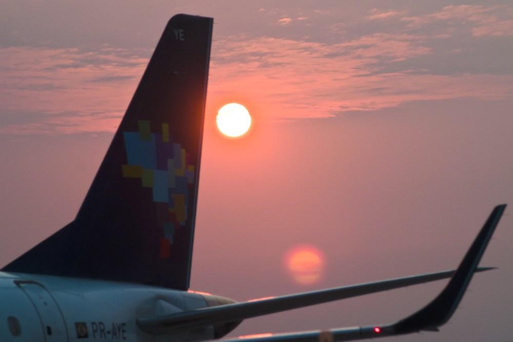 foto de causa de aviao com sol nascente ao fundo