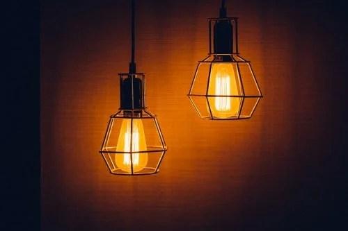 Coloque lámpadas de baixo consumo para gastar menos eletricidade