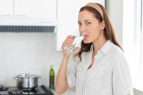 mulher-bebendo-agua-3 Descubra como melhorar sua saúde ao beber mais água a cada dia