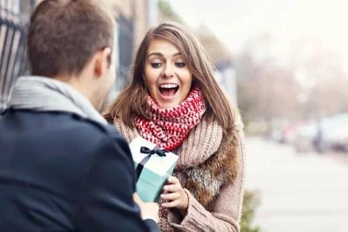 Homem apaixonado dando presente para parceira
